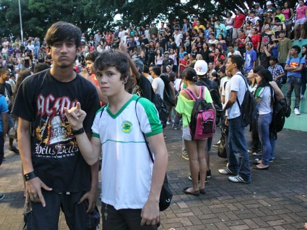 Para o fã, Cassiano Vieira (dir), de 15 anos, Charlie Brown é atemporal (Foto: Tiago Melo/ G1 AM)