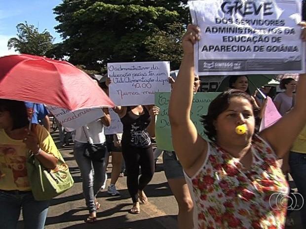 Servidores da Educação e Saúde protestam em Aparecida de Goiânia, Goiás (Foto: Reprodução/TV Anhanguera)
