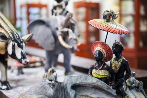 Peça com casal sentado nas costas de um elefante (Foto: Lufe Gomes / Editora Globo)