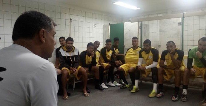 Toninho Andrade, em conversa com o elenco do Resende (Foto: Divulgação/Resende FC)