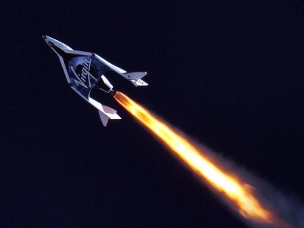 Nave de turismo espacial da Virgin Galactic em voo impulsionado por foguete (Foto: Mark Scientific.com e Clay Center Observatory/Divulgação)