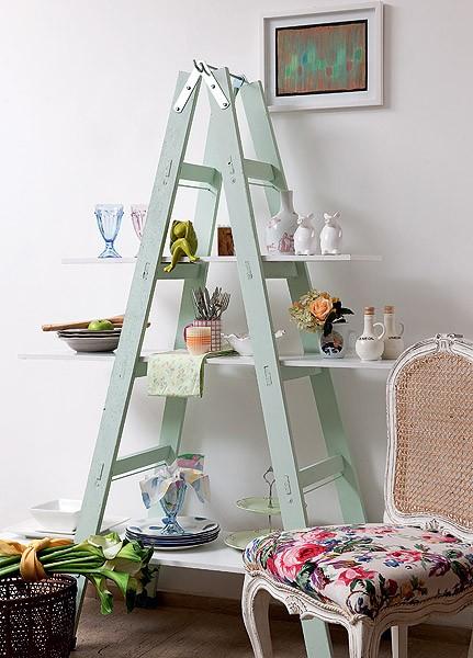Com apenas três placas de MDF, uma escada de pintor e um pouco de imaginação, dá para criar uma falsa – mas prática – estante na copa (Foto: Iara Venanzi/Casa e Jardim)