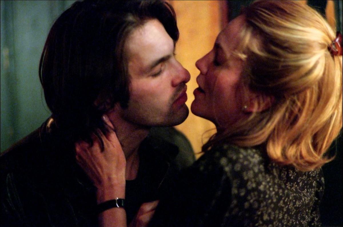 Dentre as várias cenas entre os atores em 'Infidelidade', citamos a do banheiro, onde Oliver e Diane se encontram enquanto deixam seus amigos esperando do lado de fora de um estabelecimento. (Foto: Reprodução)