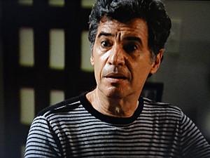 Caetano sua frio e começa a se sentir mal (Foto: Malhação / TV Globo)