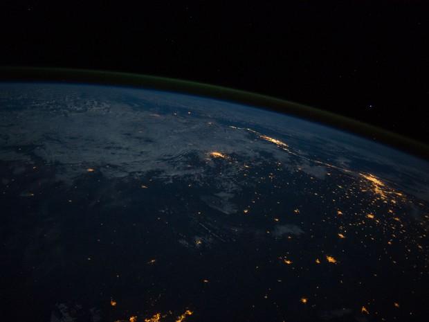 Na foto feita pelo astronauta Alexander Gerst é possível ver as manchas luminosas que representam o Rio de Janeiro (à esquerda) e São Paulo (à direita) (Foto: Nasa/Reid Wiseman)