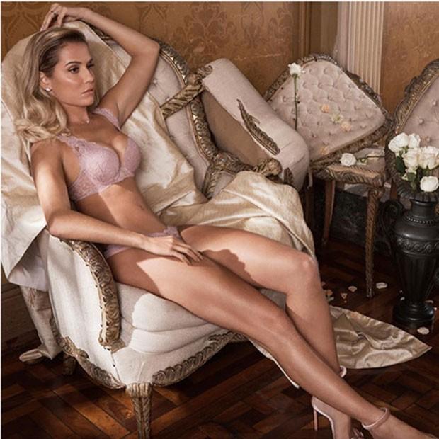 d0b280496 Deborah Secco surge devastadora em ensaio de lingerie - Quem