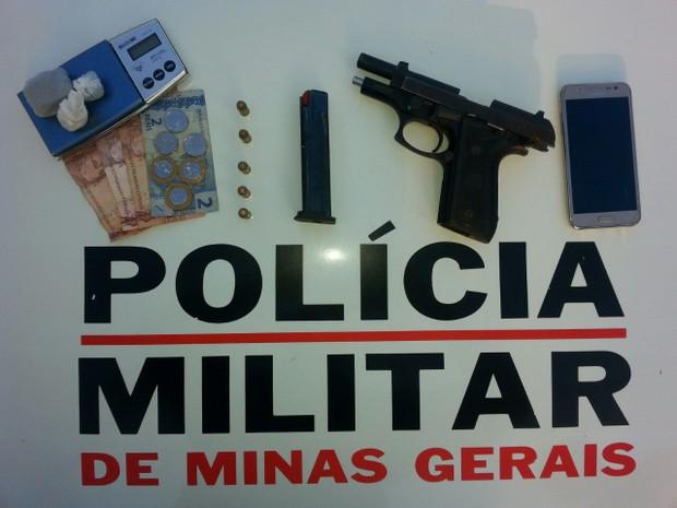 Arma, carregador e cinco cartuchos estavam escondidos em um guarda-roupa (Foto: Polícia Militar/Divulgação)