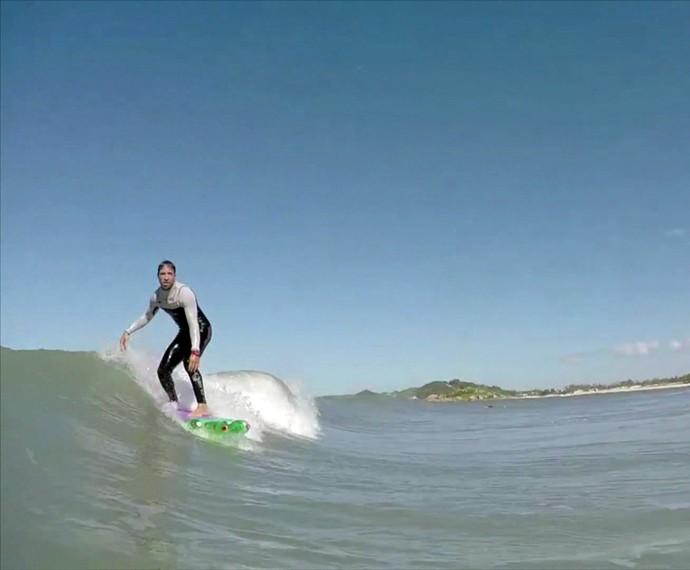 Jairo pratica surf em prancha ecológica feita com garrafas PET (Foto: Mais Você/TV Globo)