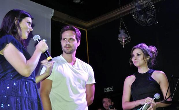 Os os atores Juliana Araripe e Antônio Sabóia com a apresentadora da EPTV Mônica Gimenez (Foto: Priscila Nascimento/EPTV)