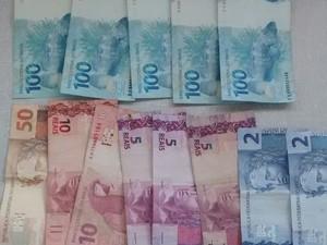 Dinheiro furtado  (Foto: Divulgação/ Polícia Militar)