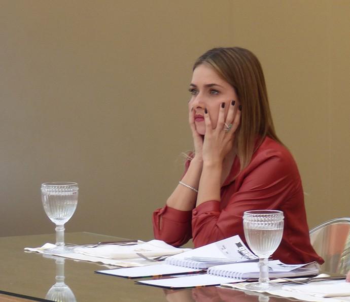 Monique Alfradique observa a prova atenta (Foto: Raphael Dias/Gshow)
