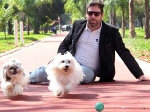 César Augusto  com  Exy (maltez) e Teddy (shih-tzu) (Foto: Divulgação/Ricardo Boni)