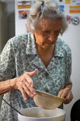 Dona Lourdes colocando em prática e fazendo a sua tradicional receita de pão de nata (Foto: Henrique Picarelli)