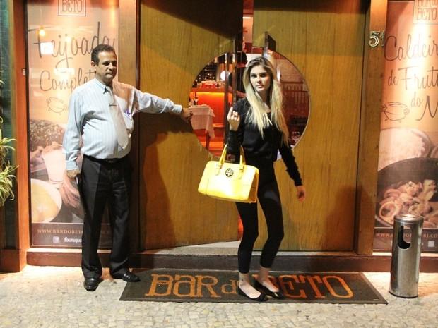 Bárbara Evans na Zona Sul do Rio (Foto: Rodrigo dos Anjos/ Ag. News)