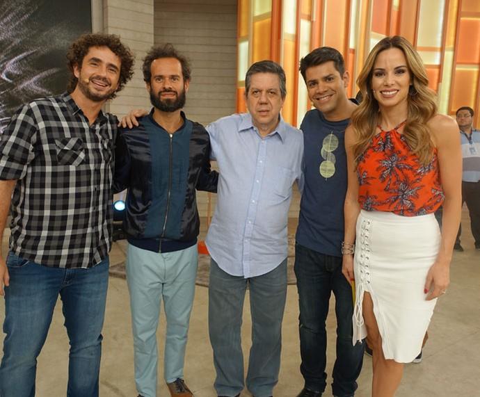 Depois do programa, os apresentadores tiram foto com os convidados  (Foto: Juliana Hippert/Gshow)