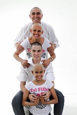 O pai e o irmão de Sara também rasparam a cabeça em solidariedade (Foto: Arquivo pessoal/Denilsa Dantas)