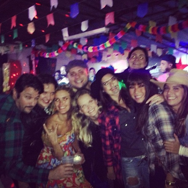 Marcelo Serrado, Carolina Dieckmann, Fernanda Paes Leme, Daniele Suzuki e Fernanda Rodrigues com amigos em festa julina (Foto: Instagram/ Reprodução)
