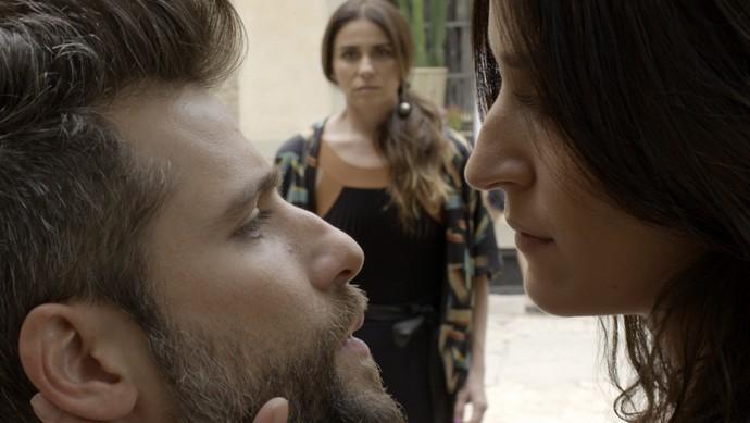 Alice vê declaração de amor de Carol para Mario (Foto: TV Globo)