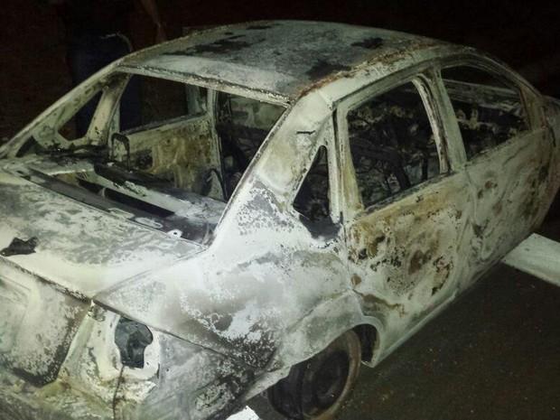 Bandidos colocaram fogo em um carro para impedir perseguição policial (Foto: Divulgação / Polícia Militar)