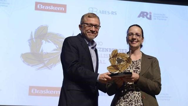 Em nome da RBS TV, Cezar Freitas recebe prêmio José Lutzenberger de Jornalismo Ambiental.  (Foto: Mathias Cramer)