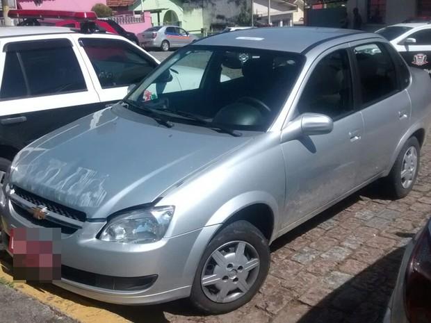 Táxi foi roubado em Mogi na quarta-feira e encontrado na sexta-feira (Foto: Maiara Barbosa/G1)