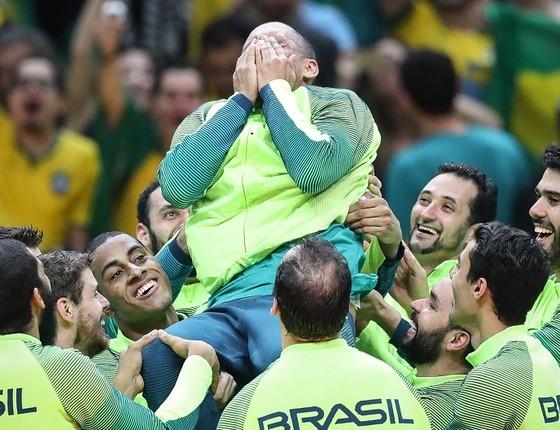 Serginho emocionado com a seleção campeã olímpica de vôlei (Foto: Ricardo Nogueira)