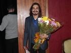 André Gonçalves leva flores para Danielle Winits em dia de estreia