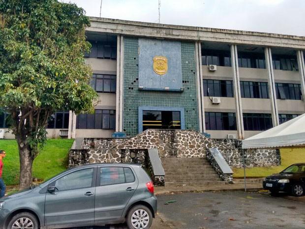 Secretaria de Luiz Argolo foi levada para sede da Polícia Federal em Salvador (Foto: Maiana Belo/G1)
