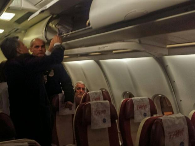 Pizzolato no voo de retorno da Itália ao Brasil; PF conduz Pizzolato em voo de Milão para SP (Foto: Pedro Vêdova/TV Globo)
