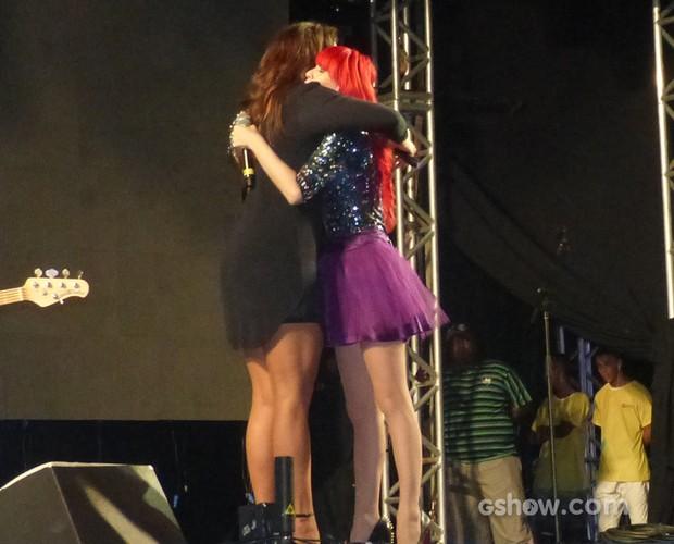 Encerrando o evento, Ivete e Adriane, vocalista da Move Over, se abraçam (Foto: SuperStar / TVGlobo)