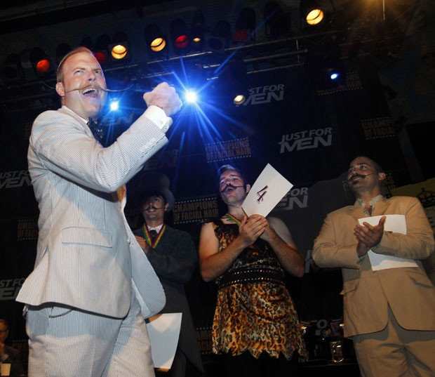 Nick Ackerman (à esquerda) faturou o primeiro lugar na categoria bigode inglês (Foto: Susan Poag/AP)
