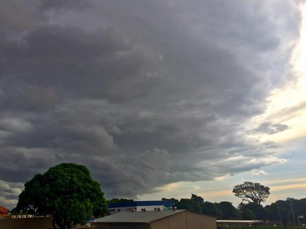 Céu de Campo Grande no fim da tarde desta terça-feira (3) (Foto: Maria Caroline Palieraqui/G1 MS)