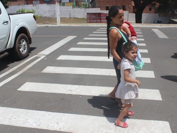 Mãe diz que a filha é muito esperta e sabe conduzí-la direitinho (Foto: Juliana Barros/G1)