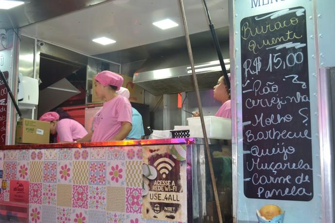 Miss Boteco vende escondidinho e buraco quente  (Foto: Joyce Heurich/RBS TV)