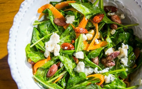 Salada de cenoura, rúcula e queijo roquefort