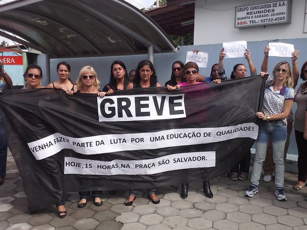 Professores da Escola Municipal Professora Sebastiana Machado da Silva realizaram ato pela manhã desta sexta (22) (Foto: Gilberto Morais/Inter TV)
