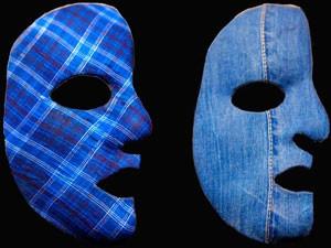 Quadriculado e jeans compõem as opções de máscaras do cantor (Foto: Cheias de Charme/TV Globo)