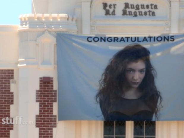 Banner homenageia Lorde em escola onde cantora estuda, em Auckland (Foto: Reprodução/Stuff.co)