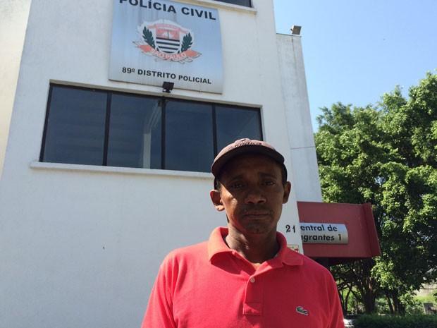 O pedreiro Manoel Ferreira da Silva, de 42 anos, é primo de Raimundo (Foto: William Soares/G1)