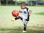 Garoto de 6 anos dribla doença rara e viraliza com vídeo de embaixadinhas