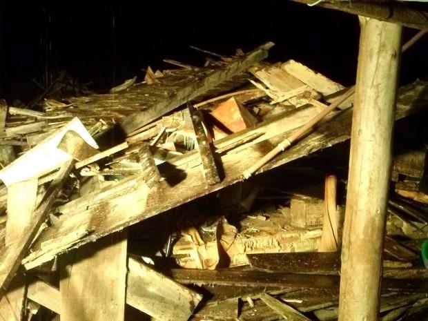 Rancho desabou com a força do vento em Presidente Getúlio  (Foto: Bombeiros voluntários de Presidente Getúlio/Divulgação)