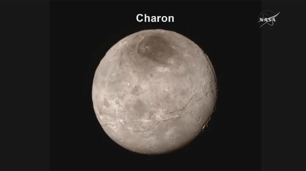 Imagem feita pela New Horizons mostra Caronte, uma das luas de Plutão (Foto: Nasa TV/Divulgação)