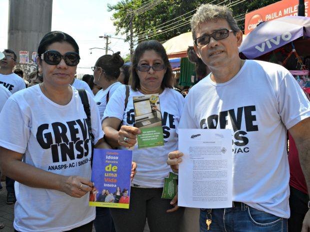 Servidores do INSS em greve no Acre, entregaram carta aberta à população durante panfletagem no Terminal Urbano de Rio Branco (Foto: Quésia Melo/G1)