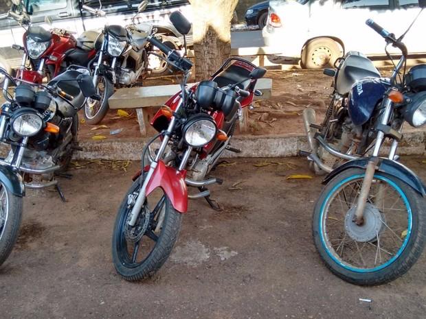 Do lado de fora da CCP havia três motos a disposição dos presos (Foto: Divulgação)