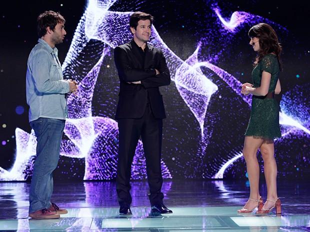Manu e Davi desafiam Jonas no palco (Foto: Edna Bentes)