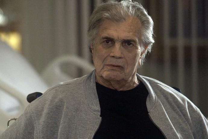 Fausto flagra esposa com dinheiro e revólver (Foto: TV Globo)