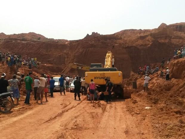 Três homens morreram e um ficou ferido durante soterramento (Foto: Eliete Marques/G1)