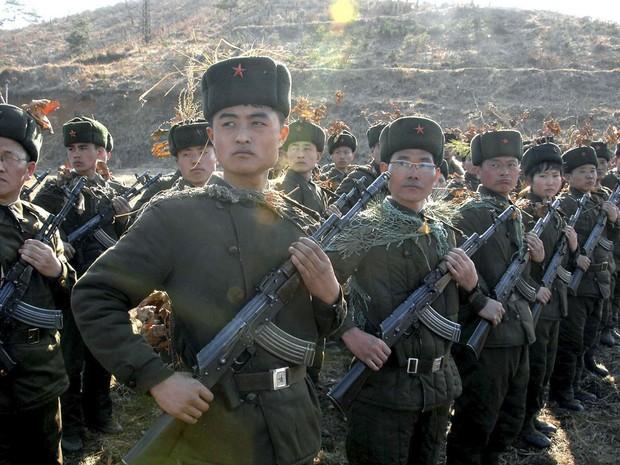 Soldados norte-coreanos da Guarda Vermelha participam de treinamento em local não divulgado. Os aviões de combate do país efetuaram nos últimos dias um número 'sem precedente' de saída, em provável resposta às manobras militares de Coreia do Sul e EUA. (Foto: Reuters/KCNA)