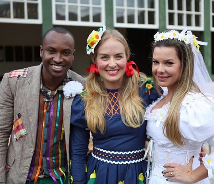 Thiaguinho e Fê Souza se vestem de noivos caipiras no Estrelas (Foto: TV Globo)