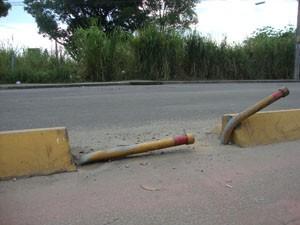 Estrutura que divide ciclovia da rua está com a estrutura danificada. (Foto: Mariucha Machado/G1)
